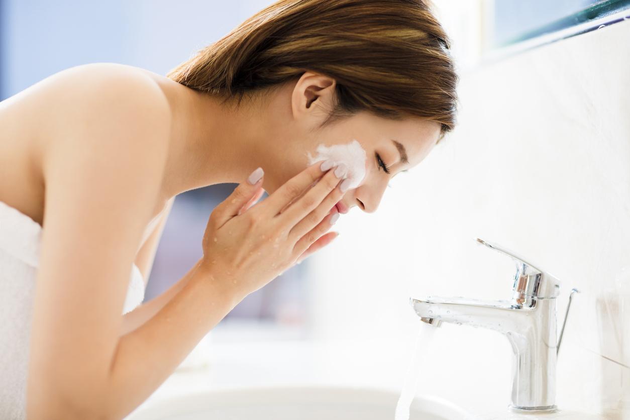 Nós temos uma camada de proteção na pele do rosto responsável pela proteção contra microrganismos. Ela auxilia na preservação da água e mantém a hidratação.